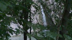 Cachoeira bonita no rio na floresta nas montanhas vídeo de movimento lento filme
