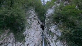 Cachoeira bonita no rio na floresta nas montanhas vídeo de movimento lento video estoque