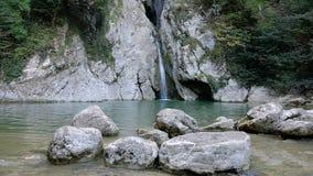 Cachoeira bonita no rio na floresta nas montanhas vídeo de movimento lento vídeos de arquivo