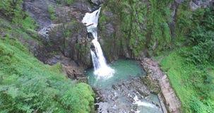 Cachoeira bonita nos cumes, na água clara fresca e no lago verde video estoque