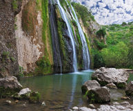 A cachoeira cênico nas montanhas Fotografia de Stock Royalty Free