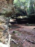 Cachoeira cercada por formações de rocha imagens de stock