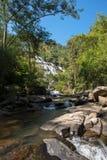 Cachoeira com a água fria e o céu azul fotos de stock royalty free