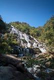 Cachoeira com a água fria e o céu azul imagem de stock