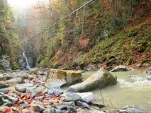 Cachoeira com água que cai do penhasco Paisagem montanhosa com rio foto de stock