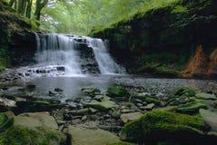 Cachoeira com as rochas no primeiro plano Fotografia de Stock