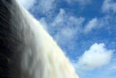 Cachoeira com céu azul imagens de stock royalty free