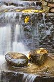 Cachoeira com folhas de outono Fotos de Stock Royalty Free