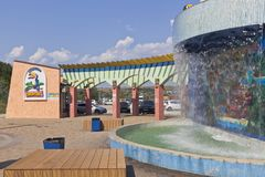 Cachoeira com um esquema na entrada ao pagamento Dzhemete do recurso do ` de Tiki-Tak do ` do parque da água, Anapa Foto de Stock Royalty Free