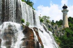 Cachoeira congelada na China Oriental de OUTUBRO com um pagoda Imagens de Stock Royalty Free
