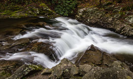 Cachoeira da borda da estrada em Great Smoky Mountains fotos de stock royalty free