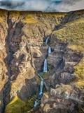 Cachoeira da borda da estrada de Islândia imagem de stock