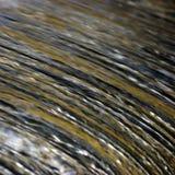 A cachoeira da cascata da água que flui a torrente espirra o fundo, grande close up horizontal detalhado, azul brilhante, dourado Fotografia de Stock Royalty Free