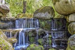 A cachoeira da cascata no parque dendrological hardsarpened fotografia de stock