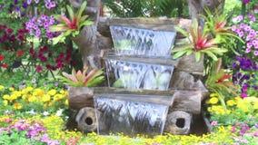 A cachoeira da metragem flui no jardim acolhedor da casa filme