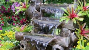 A cachoeira da metragem flui no jardim acolhedor da casa video estoque