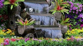 A cachoeira da metragem flui no jardim acolhedor da casa vídeos de arquivo