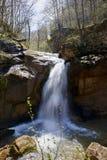 Cachoeira da mola em um rio da montanha, rio de Mishoko imagens de stock