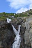 Cachoeira da montanha em cumes suíços Imagem de Stock