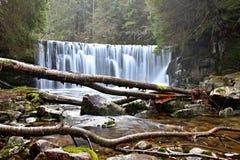 Cachoeira da montanha em República Checa fotos de stock