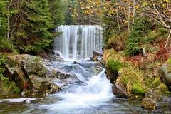 Cachoeira da montanha em República Checa imagem de stock
