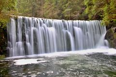 Cachoeira da montanha em República Checa fotografia de stock