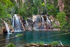 Cachoeira da montanha que flui em uma lagoa da montanha foto de stock royalty free