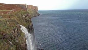 Cachoeira da rocha do kilt durante a tempestade Callum, ilha de Skye, Escócia video estoque