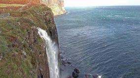 Cachoeira da rocha do kilt durante a tempestade Callum, ilha de Skye, Escócia filme