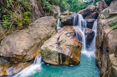 Cachoeira da selva com água de fluxo, grandes rochas Imagens de Stock Royalty Free