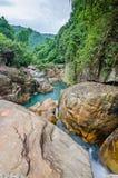 Cachoeira da selva com água de fluxo, grandes rochas Fotografia de Stock
