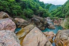 Cachoeira da selva com água de fluxo, grandes rochas Fotografia de Stock Royalty Free