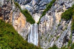 A cachoeira de Boka em Julian Alps, Eslovênia é uma das cachoeiras as mais altas em cumes europeus com o 106m na altura foto de stock
