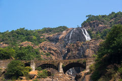 Cachoeira de Dudhsagar e ponte da estrada de ferro fotos de stock royalty free