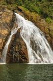 Cachoeira de Dudhsagar na selva tropical da Índia imagem de stock