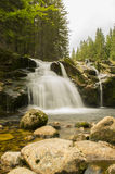 A cachoeira de elbe pequeno em montanhas de Krkonose Imagens de Stock Royalty Free