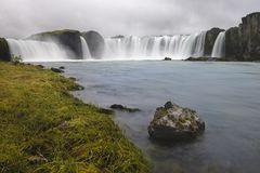 Cachoeira de Godafoss em Islândia, vista da parte inferior fotos de stock