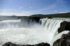 Cachoeira de Godafoss na luz do sol bonita, Islândia imagem de stock