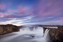 Cachoeira de Godafoss no por do sol - vistas em torno de Isl?ndia, Europa do Norte no inverno com neve e gelo foto de stock