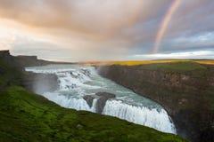 Cachoeira de Gullfoss com arco-íris, círculo dourado, ao sul de Islândia imagens de stock royalty free