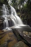 Cachoeira de Guruh Gemurai, Riau, Sumatera, Indonésia Foto de Stock