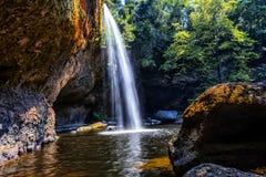 Cachoeira de Haew Suwat no parque nacional de Khao Yai em Tailândia imagem de stock royalty free
