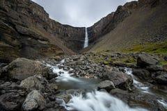 Cachoeira de Hengifoss em Islândia oriental imagem de stock