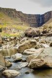 Cachoeira de Hengifoss em Islândia Fotos de Stock