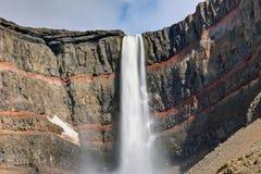 A cachoeira de Hengifoss em Islândia Fotografia de Stock
