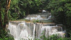 Cachoeira de Huai Mae Khamin que flui na estação das chuvas video estoque