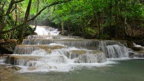 Cachoeira de Huay Mae Khamin, atração turística natural famosa na província de Kanchanaburi, Tailândia filme