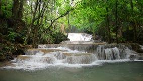 Cachoeira de Huay Mae Khamin, atração turística natural famosa na província Tailândia de Kanchanaburi video estoque
