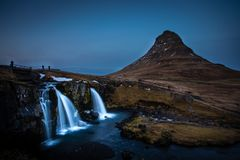 Cachoeira de Kirkjufellsfoss em Islândia fotografia de stock royalty free