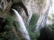 Cachoeira de Les Messieurs dos Baumes em Jura, França imagens de stock